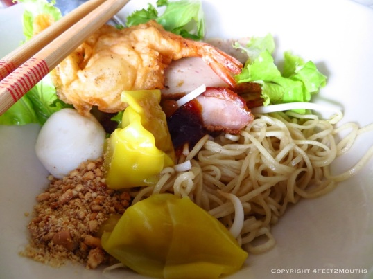 Dry noodles with pork and dumplings