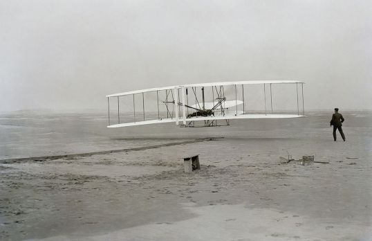 First flight by the Wright Brothers, 1903 (photocredit: Wikicommons)
