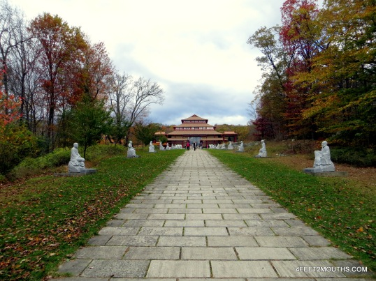 Path to the Chuang Yen Monastery temple
